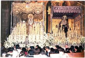 Pasos de las Virgen del Valle y de la Virgen de la Macarena el Viernes Santo de 1974 en la iglesia de la Anunciación