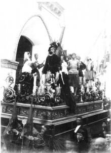Paso de Nuestro Señor Jesucristo con la Cruz al Hombro en 1889, delante de la puerta de San Andrés