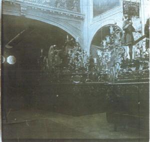 Paso de la Coronación en 1907, en el interior de la iglesia del Santo Ángel